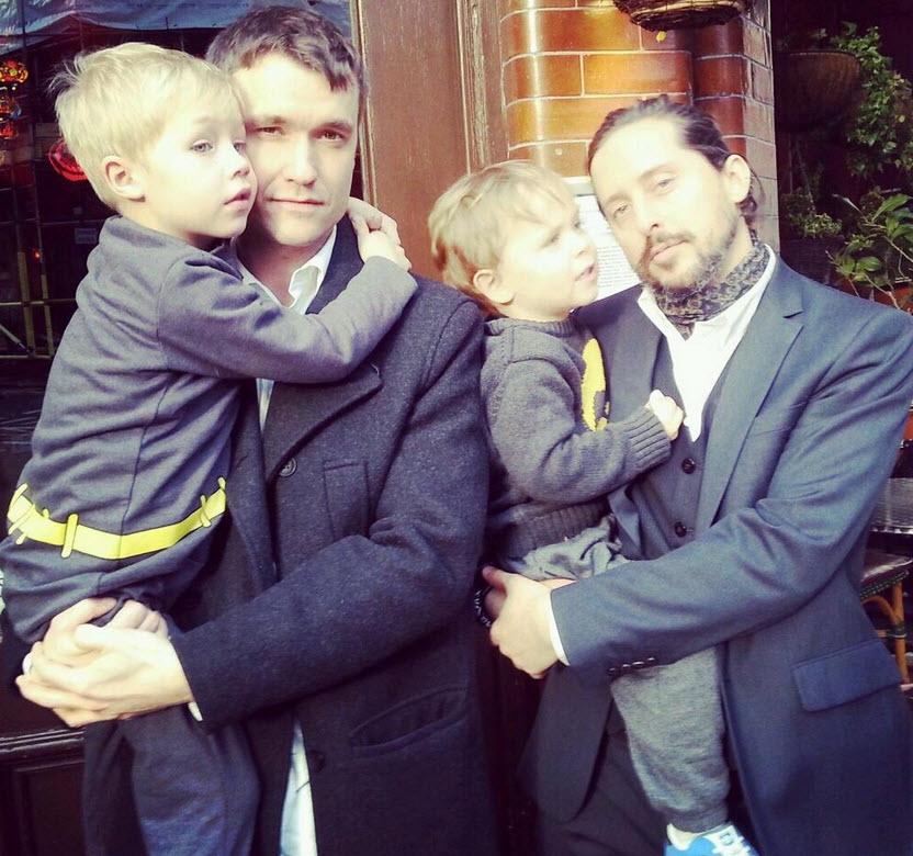 John Hassall & Carl Barât med deres respektive sønner.